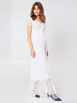 Debiflue x NA-KD Buttoned Maxi Lace Dress vit