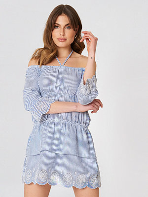 Debiflue x NA-KD Off Shoulder String Dress blå multicolor