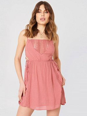Debiflue x NA-KD Tied Up Mini Dress rosa