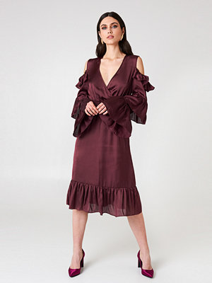 NA-KD Party Cold Shoulder Ruffle Midi Dress röd lila