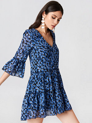NA-KD Boho V-Neck Ruffle Mini Dress - Festklänningar