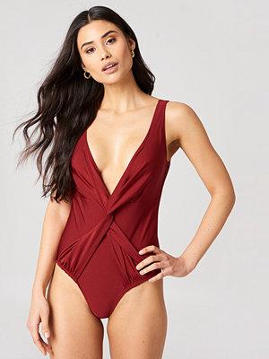 Hannalicious x NA-KD Front Knot Swimsuit röd