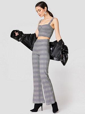 NA-KD Trend ljusgrå rutiga byxor Plain High Waist Flared Pants