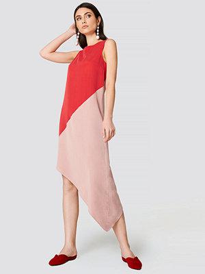 Trendyol Blocked Asymmetrical Midi Dress rosa röd