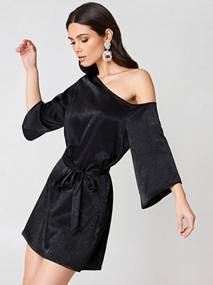 Hannalicious x NA-KD One Shoulder Tie Waist Dress svart
