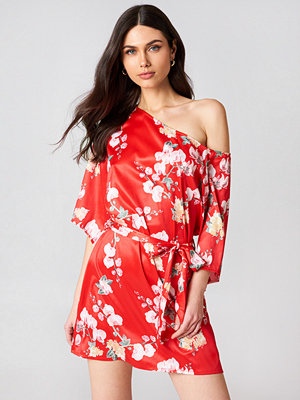 Hannalicious x NA-KD One Shoulder Tie Waist Dress röd multicolor