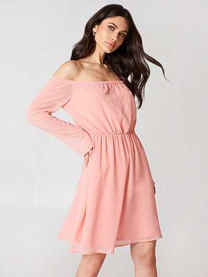 Hannalicious x NA-KD Off Shoulder Chiffon Dress rosa