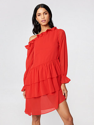 NA-KD Boho Slip Shoulder LS Frill Dress röd