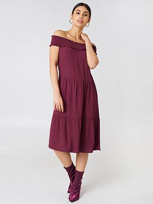 NA-KD Boho Off Shoulder Crepe Midi Dress röd