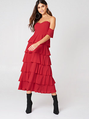 NA-KD Boho Off Shoulder Flounce Dress röd