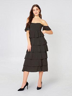 NA-KD Boho Off Shoulder Flounce Dress - Midiklänningar