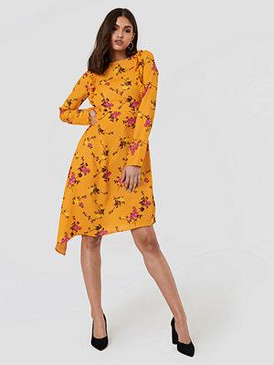 NA-KD Asymmetric Long Sleeve Frill Dress - Midiklänningar