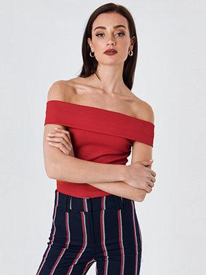 NA-KD Wide Off Shoulder Cropped Top röd