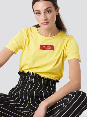 NA-KD NA-KD Logo Tee gul