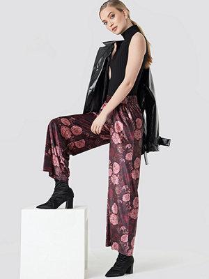 NA-KD Printed Velvet Flared Pants - Byxor mönstrade