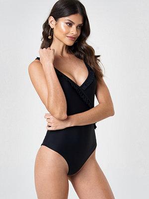 Baddräkter - Andrea Hedenstedt x NA-KD V-Neck Frill Swimsuit