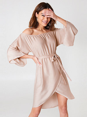 NA-KD Off Shoulder Kimono Sleeve Dress rosa beige