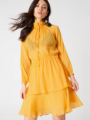 NA-KD Boho High Frill Neck Dress - Festklänningar