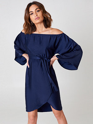 NA-KD Off Shoulder Kimono Sleeve Dress blå