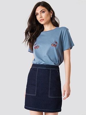 T-shirts - NA-KD Cherry Tee blå