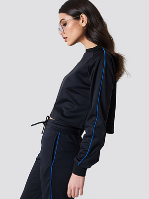 NA-KD Cropped Track Sweatshirt svart