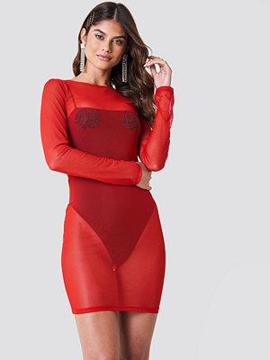 Galore x NA-KD Rhinestone Rose Mesh Dress röd