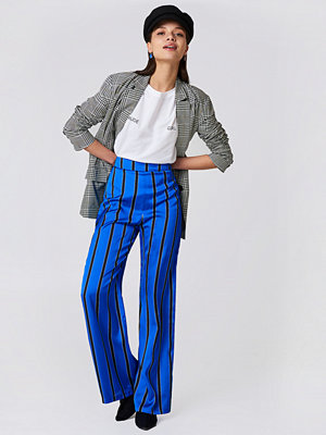 NA-KD Striped High Waist Flared Pants - Byxor blå randiga