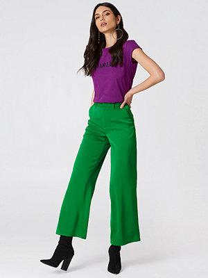 NA-KD Classic gröna byxor Flared Shiny Suit Pants grön