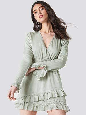 Linn Ahlborg x NA-KD Solid Wrap Dress grön