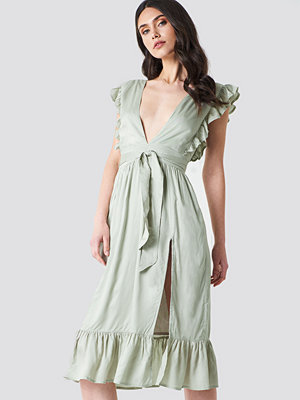 Linn Ahlborg x NA-KD Deep V Frill Sleeve Dress grön