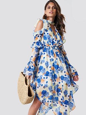 Andrea Hedenstedt x NA-KD Cold Shoulder Flounce Maxi Dress multicolor