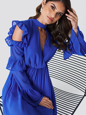 Andrea Hedenstedt x NA-KD Cold Shoulder Flounce Maxi Dress blå