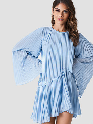 Andrea Hedenstedt x NA-KD Pleated Asymmetric Flounce Dress blå