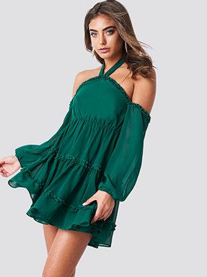 Iva Nikolina x NA-KD Halterneck Off Shoulder Dress grön