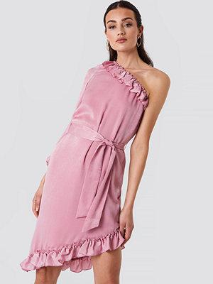 NA-KD One Sleeve Asymmetric Frill Dress rosa