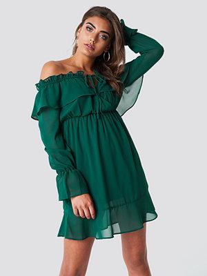 Iva Nikolina x NA-KD Off Shoulder Short Frill Dress grön