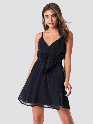 Iva Nikolina x NA-KD Chiffon Short Dress