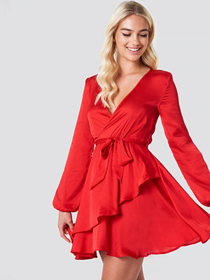 Linn Ahlborg x NA-KD Long Sleeve Tie Waist Dress röd
