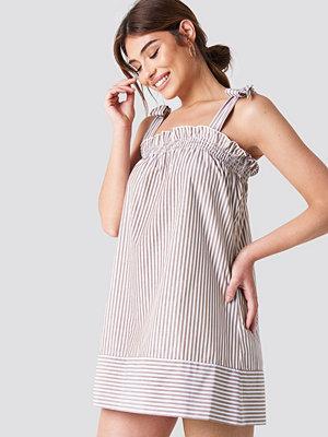 Debiflue x NA-KD Small Frill Short Dress - Vardagsklänningar