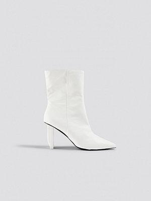 Sahara Ray x NA-KD Asymmetric Heel Boots vit