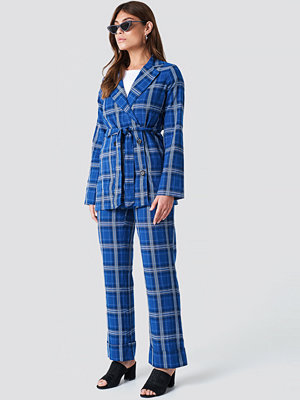 NA-KD Trend Flared Checkered Pants - Mönstrade byxor blå rutiga