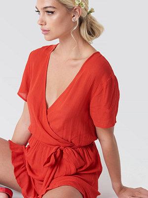 Linn Ahlborg x NA-KD Short Sleeve Wrap Playsuit röd
