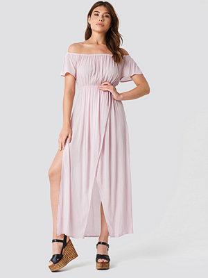 Debiflue x NA-KD Off Shoulder Long Dress rosa