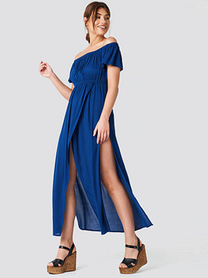 Debiflue x NA-KD Off Shoulder Long Dress blå