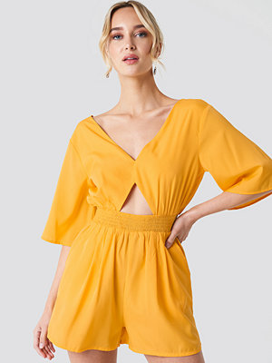 NA-KD Cut Out Detail Playsuit gul