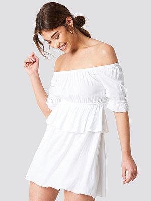 Debiflue x NA-KD Off Shoulder Frill Short Dress - Miniklänningar