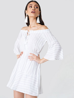 Schanna x NA-KD Off Shoulder Wide Sleeve Dress - Miniklänningar