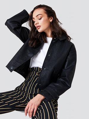 NA-KD Trend Short PU Jacket svart