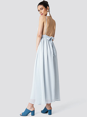 Schanna x NA-KD Low Back Maxi Dress - Maxiklänningar