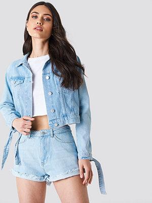 Schanna x NA-KD Tie Sleeve Denim Jacket - Jeansjackor